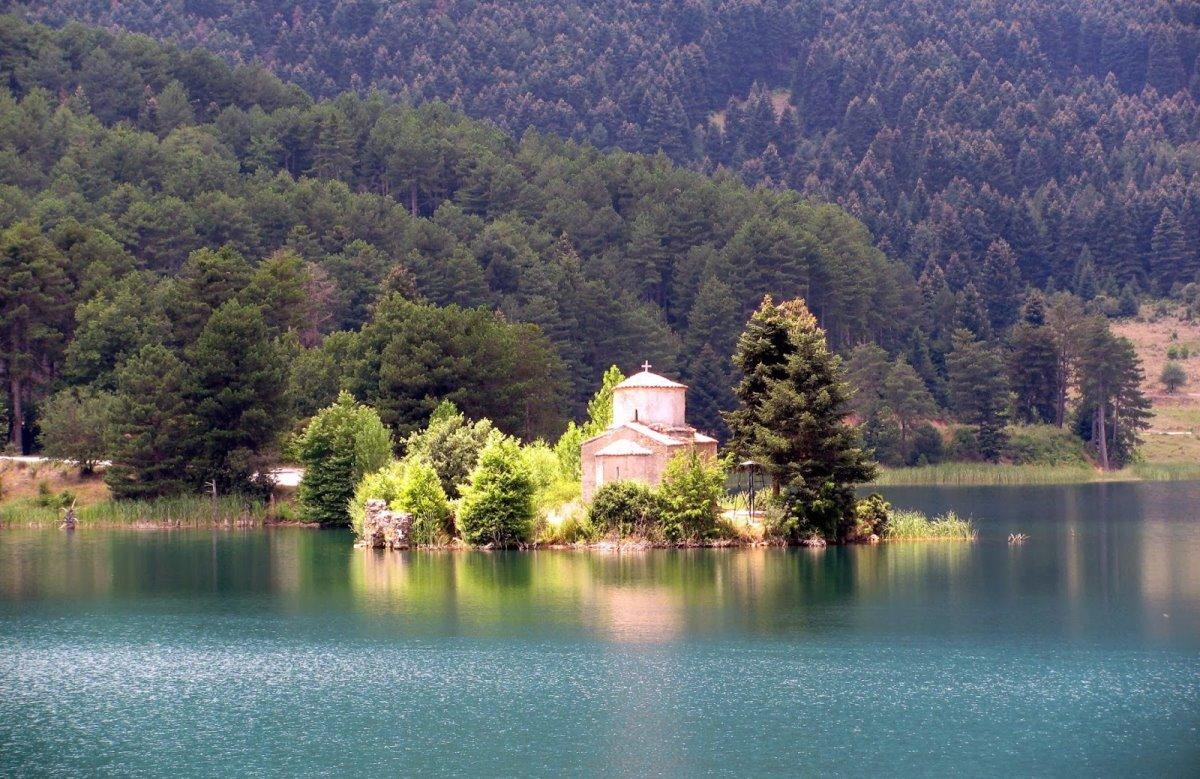 Λίμνη Δόξα ξωκλήσι
