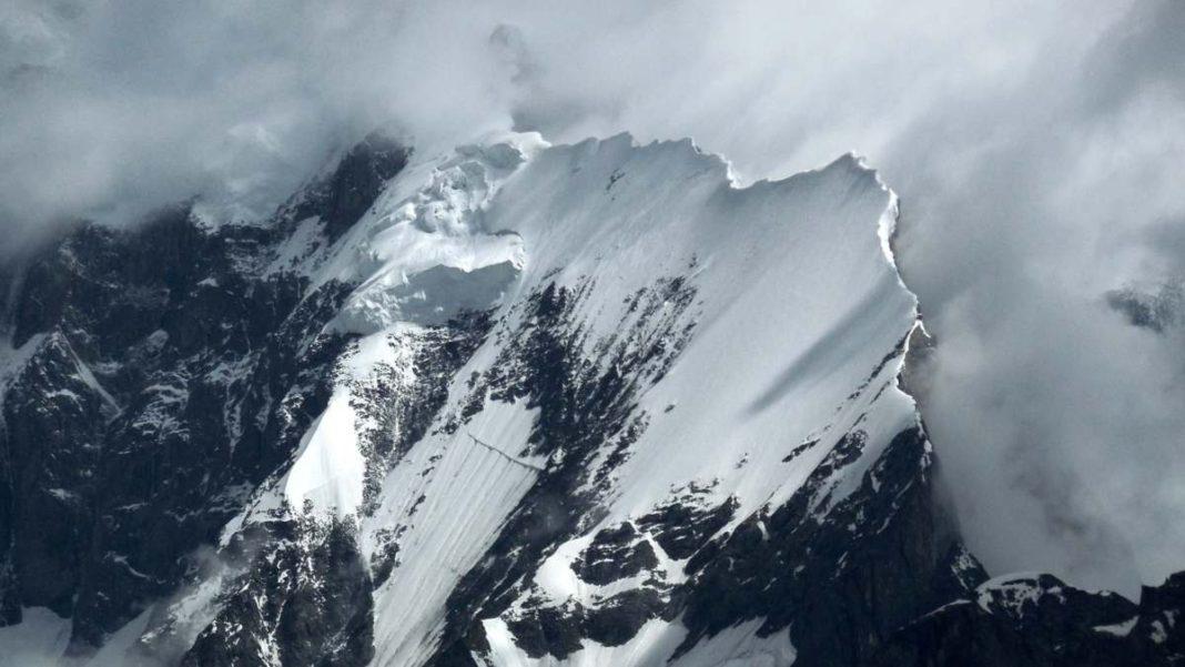 απάτητο βουνό στον κόσμο με χιόνια