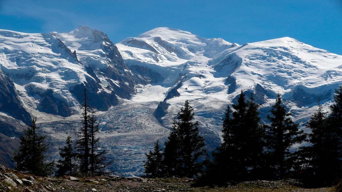απάτητο βουνό στον κόσμο με υπέροχη φύση με έλατα και χιόνια