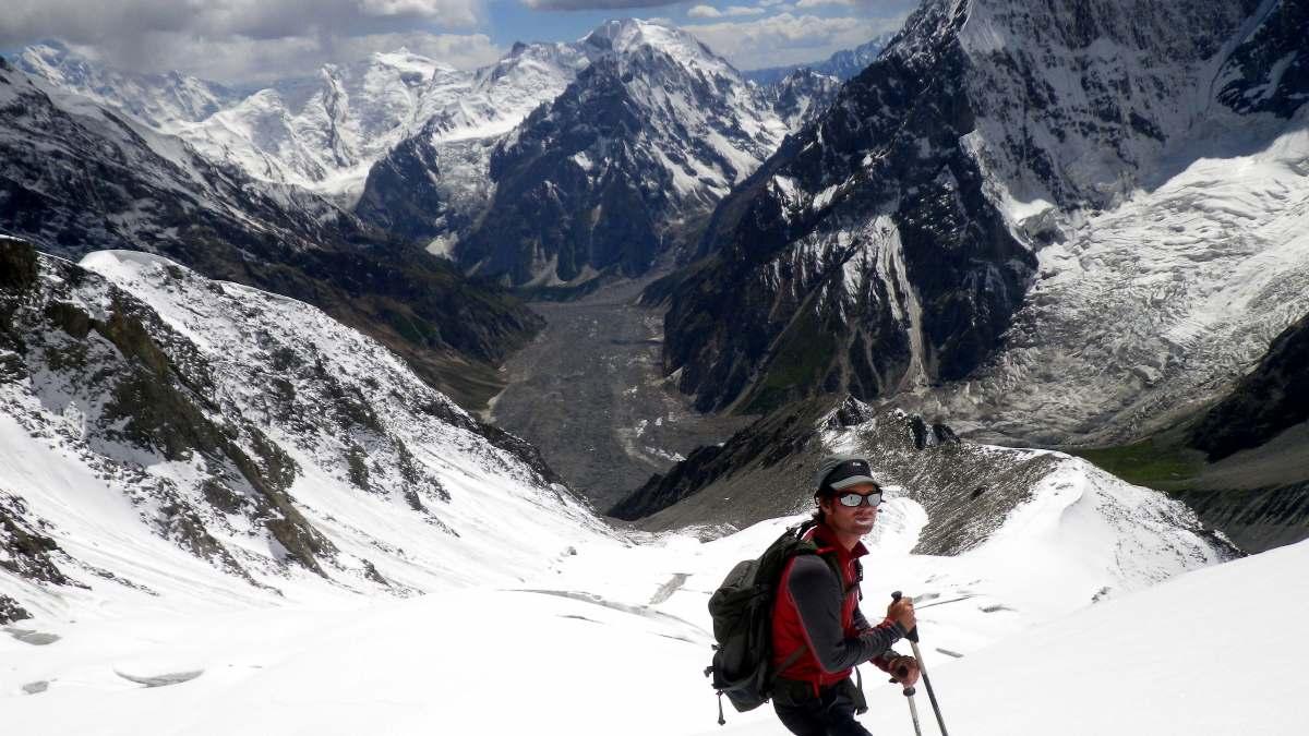 απάτητο βουνό στον κόσμο ορειβάτης στα χιόνια