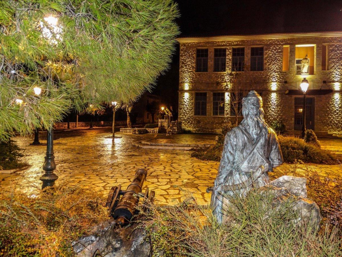 Μουλάτσι Αρκαδίας παραμυθένιος οικισμός πλατεία κεντρική τη νύχτα