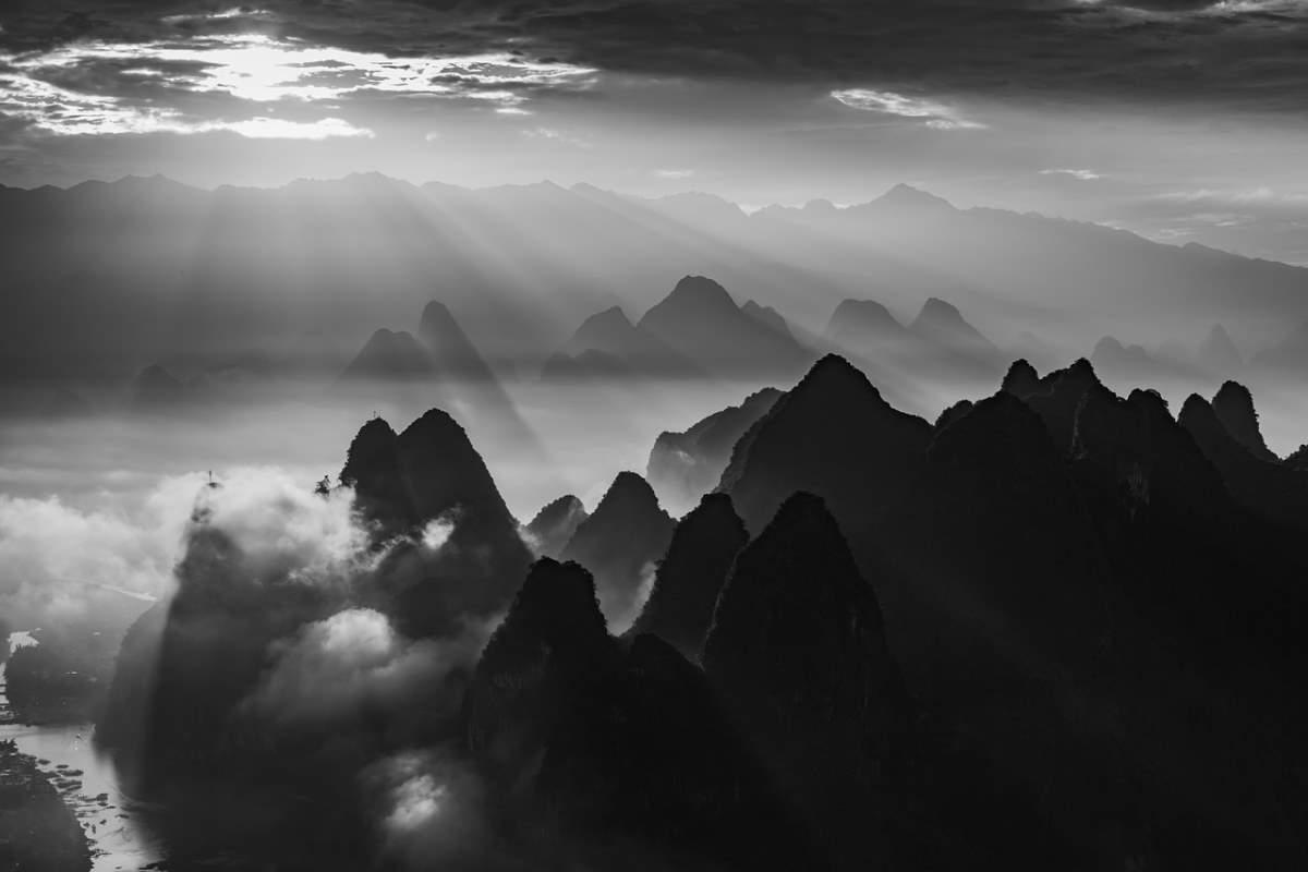 Τα επιβλητικά βουνά στο Γκουιλίν, Κίνα