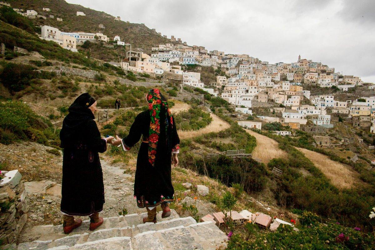 Όλυμπος ορεινό χωριό στην Κάρπαθο με γυναίκες να φοράνε την παραδοσιακή φορεσιά