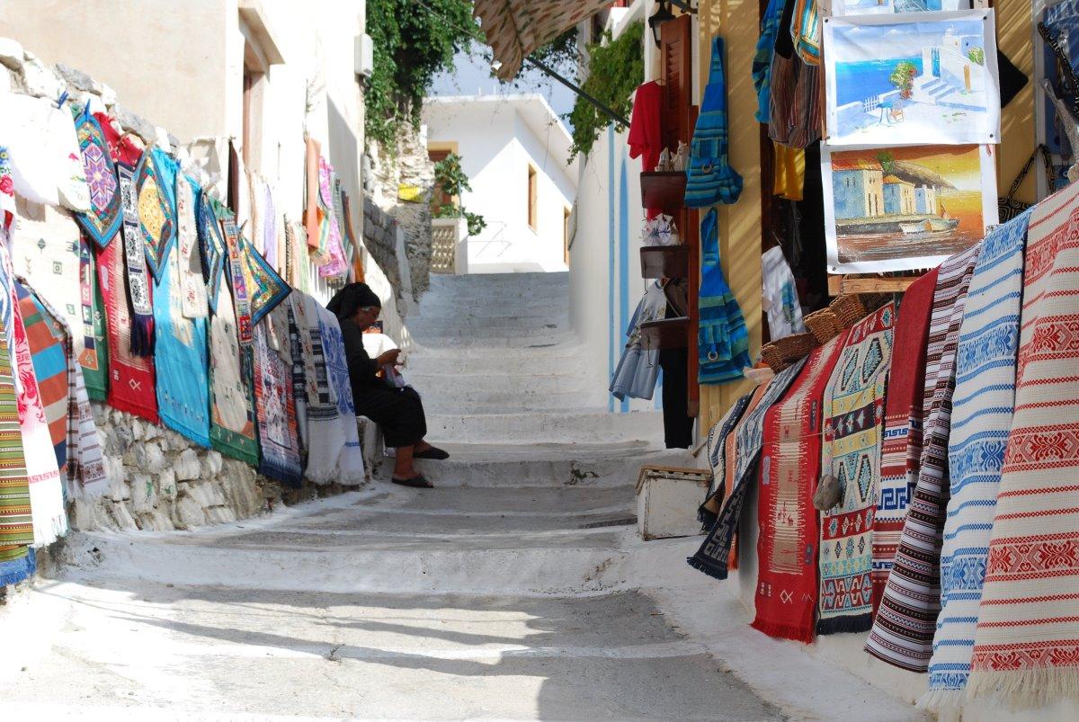 Όλυμπος στην Κάρπαθο το μοναδικό ορεινό χωριό πολύχρωμα σπίτια παραδοσιακά υφαντά