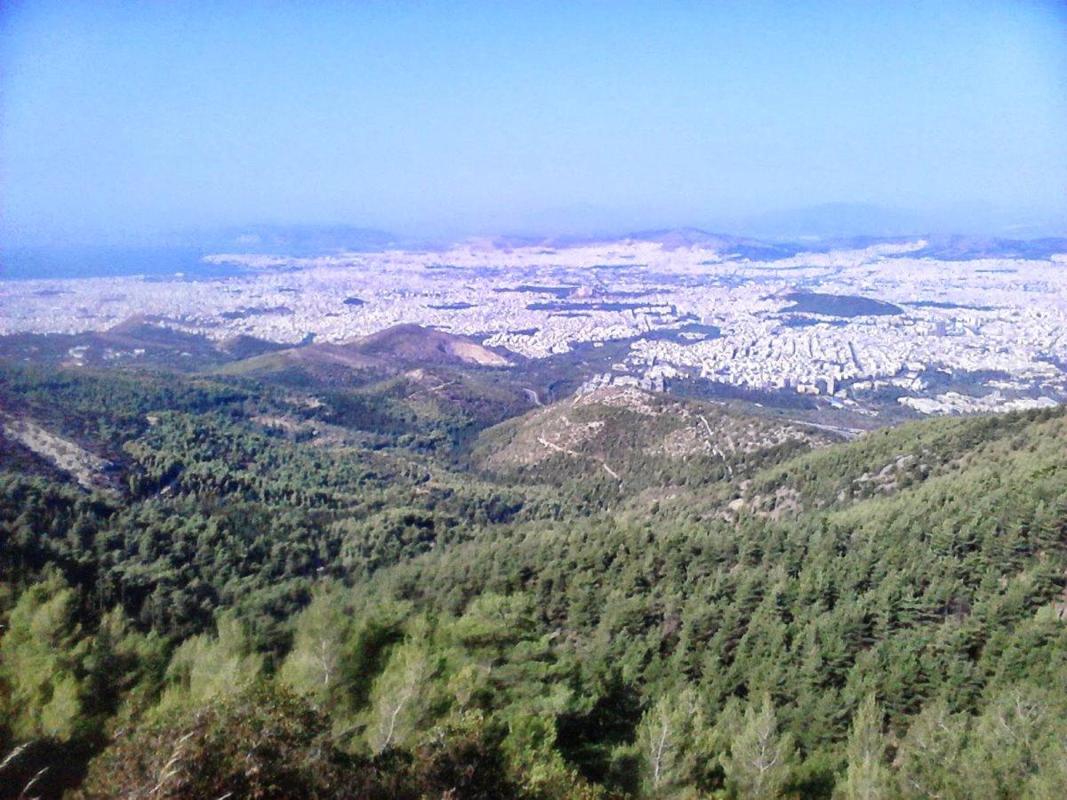 πεζοπορία κοντά στην Αθήνα στο βουνό του Υμηττού