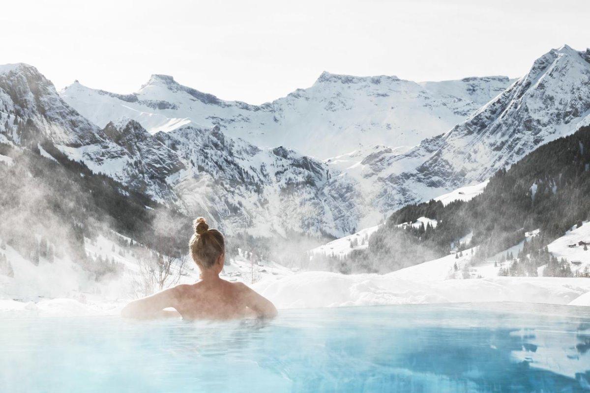 πισίνα στα χιόνια Cambrian Hotel με υπέροχη θεα