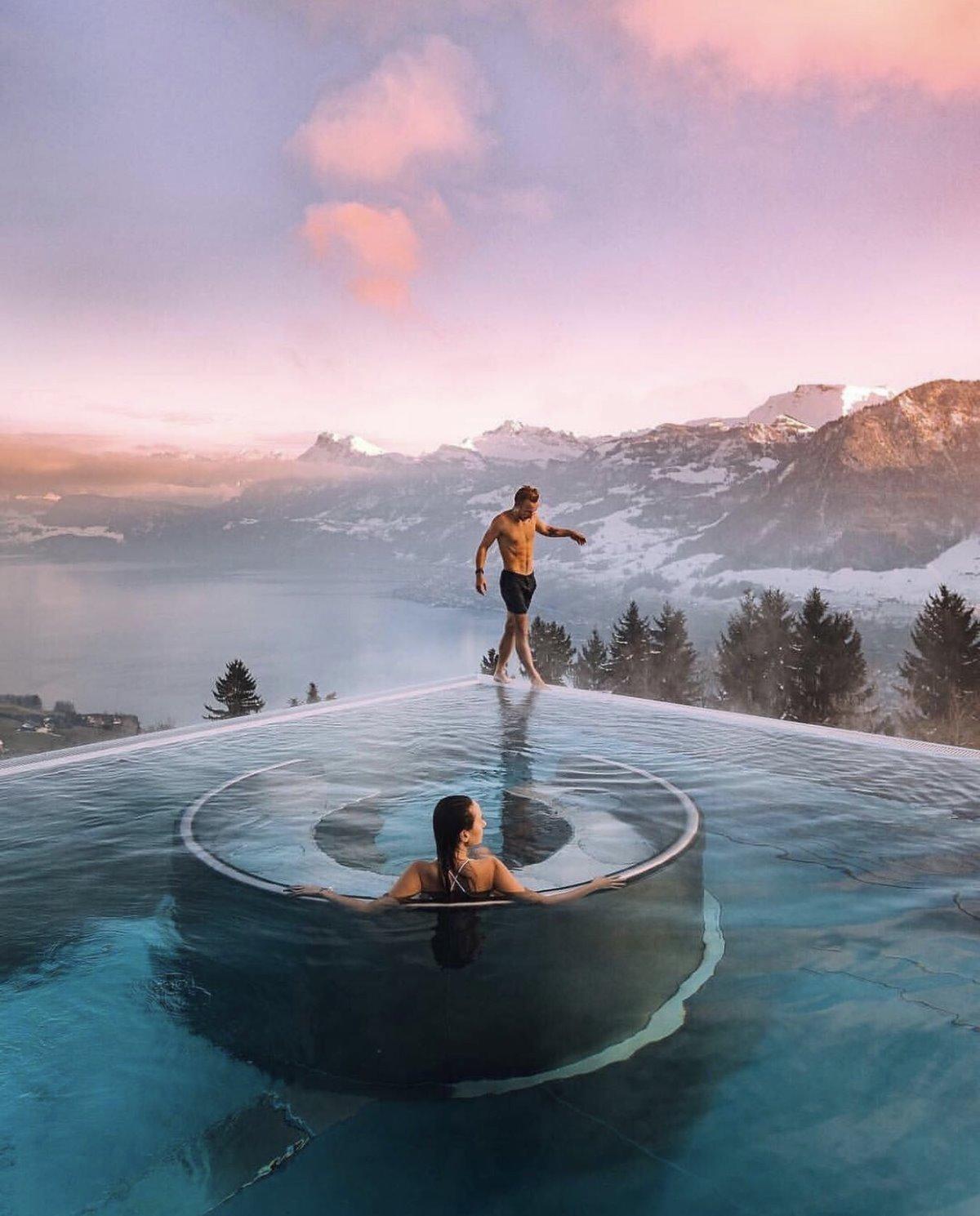 μπάνιο σε πισίνα στα χιόνια στο ξενοδοχείο Villa Honegg
