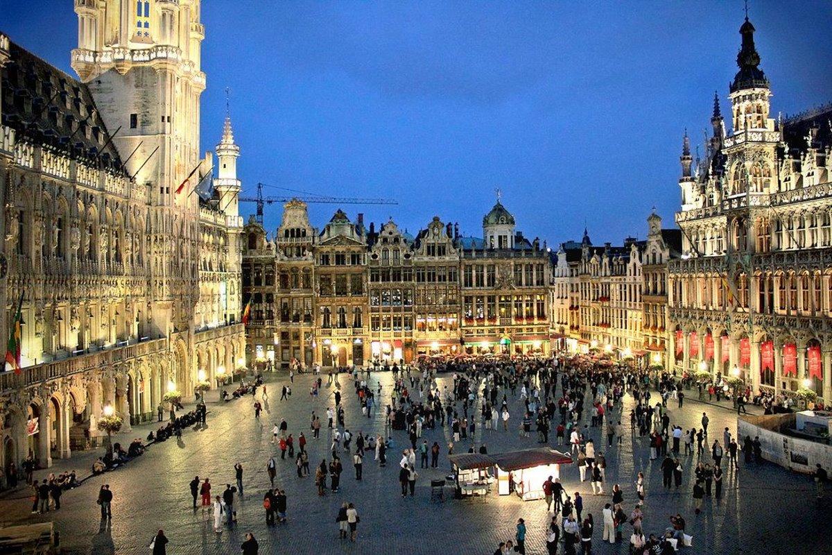 Πλατεία Βρυξέλλες το βράδυ με πολύ κόσμο