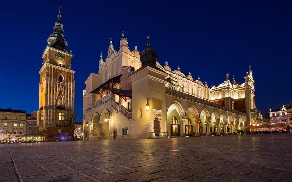 Πλατεία Κεντρικής Αγοράς Κρακοβία τη νύχτα φωτισμένη