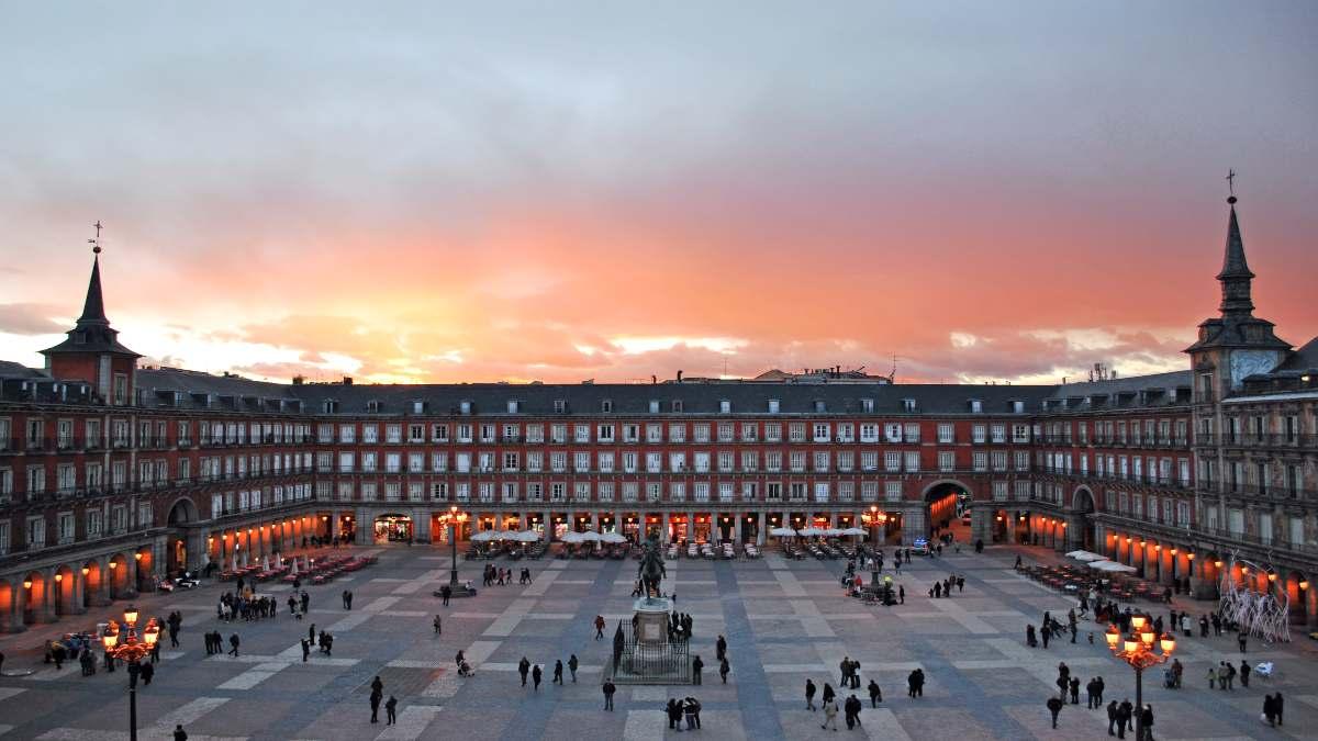 Πλατεία Μαδρίτη με κόσμο διάσημη και ιστορική