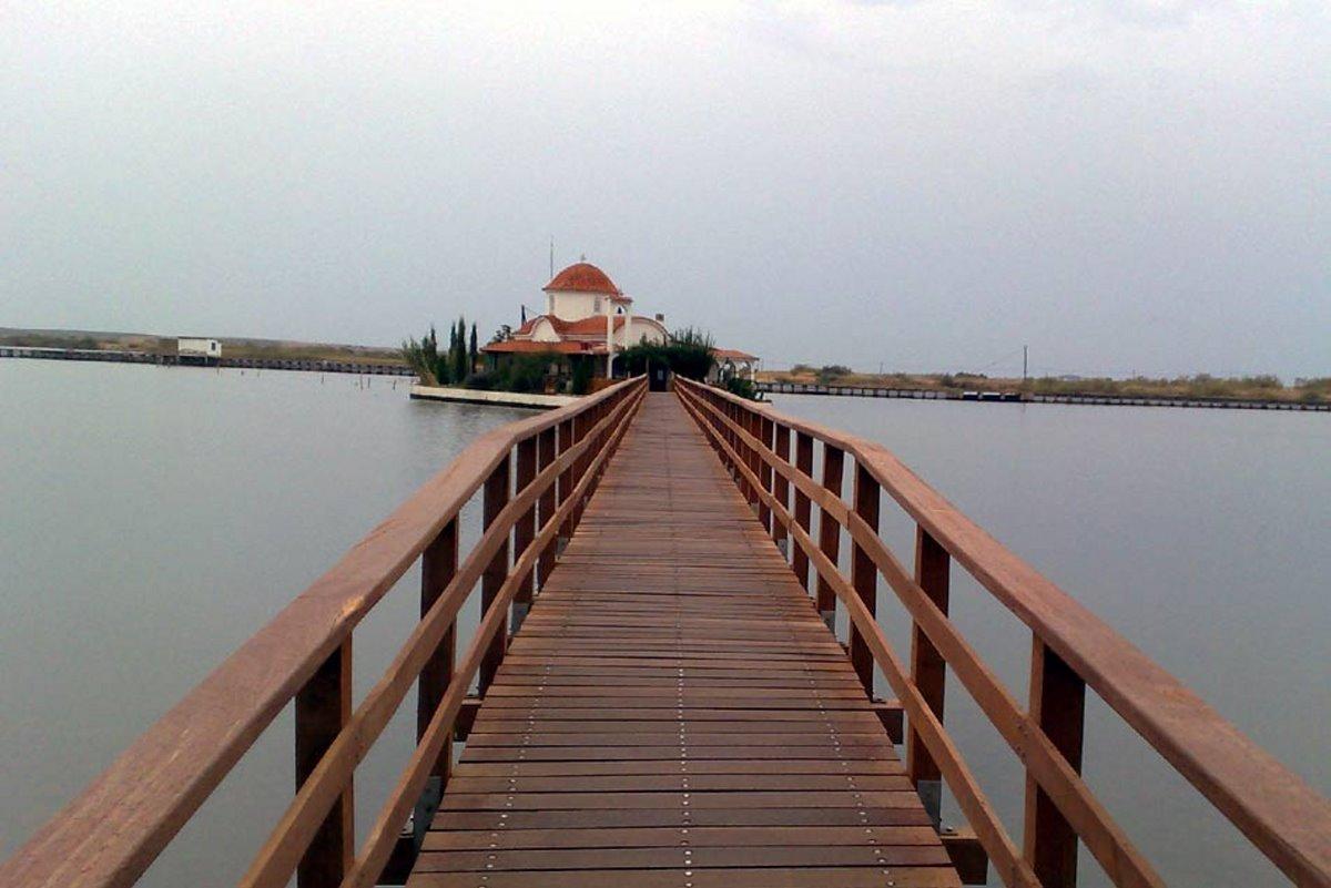 Πλωτό Μοναστήρι Αγίου Νικολάου Ξάνθη ενώνεται με ξηρά με ξύλινη γέφυρα