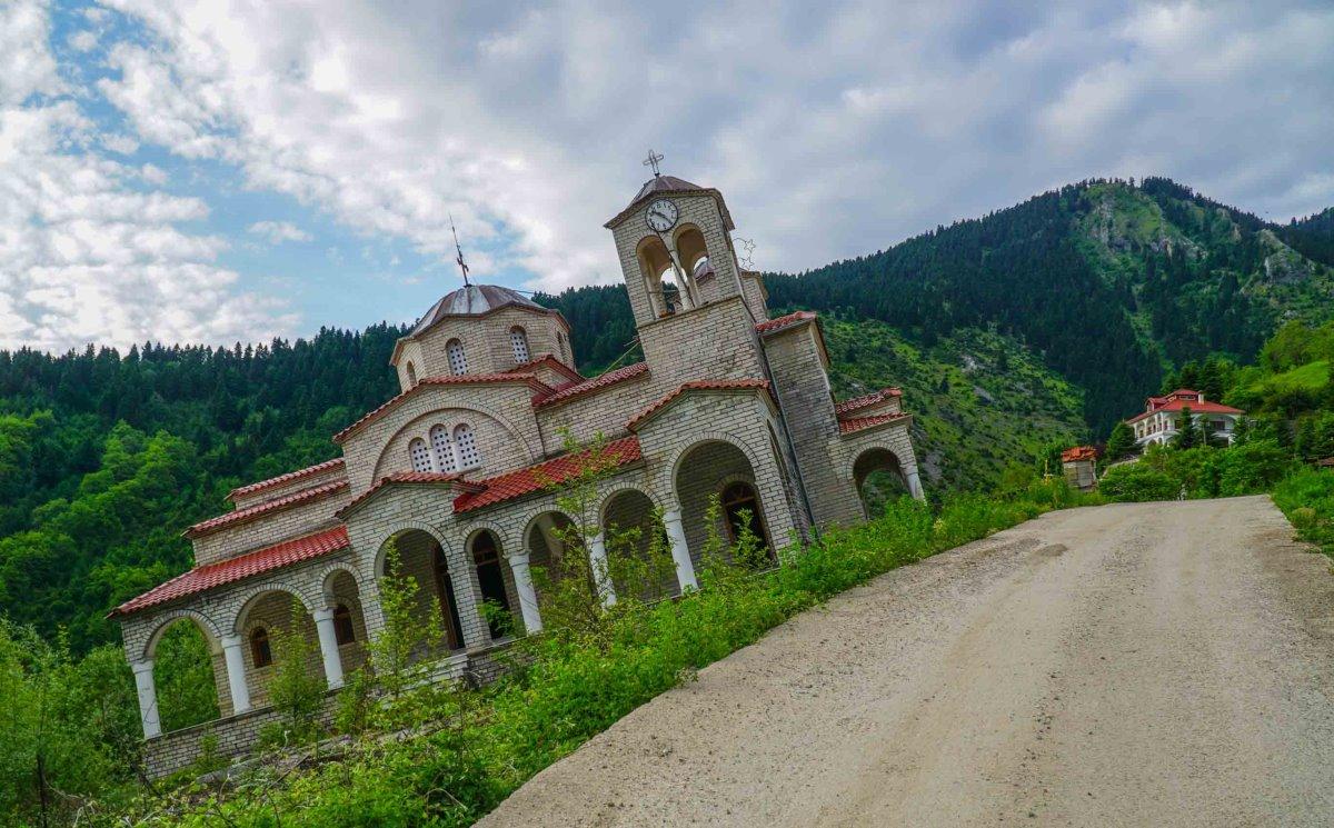 Ροπωτό Τρικάλων εκκλησία με κλίση