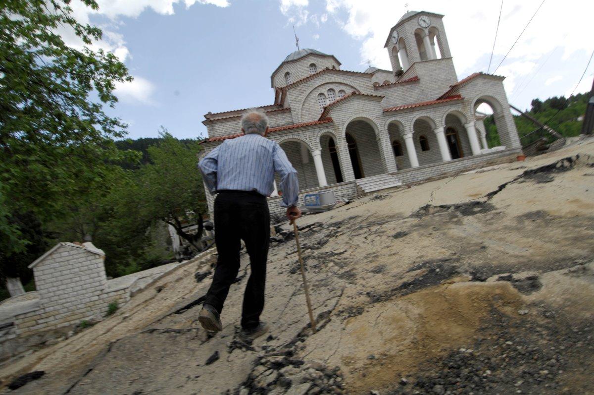 Ροπωτό Τρικάλων εκκλησία με κλίση και κάτοικος
