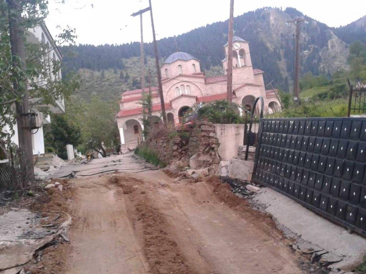 Ροπωτό Τρικάλων εκκλησία με κλίση πάνω στον κατεστραμμένο δρόμο