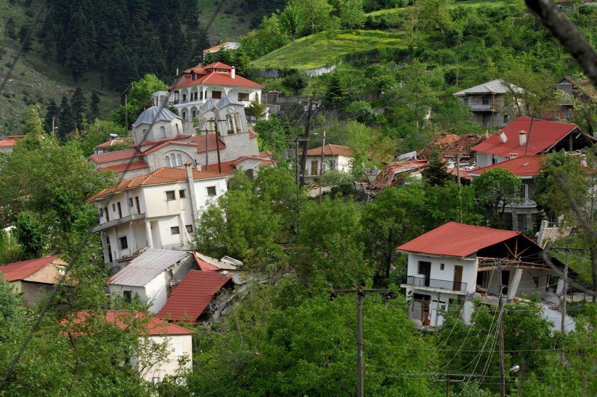 Ροπωτό Τρικάλων σπίτια με κλίση μέσα στο πράσινο