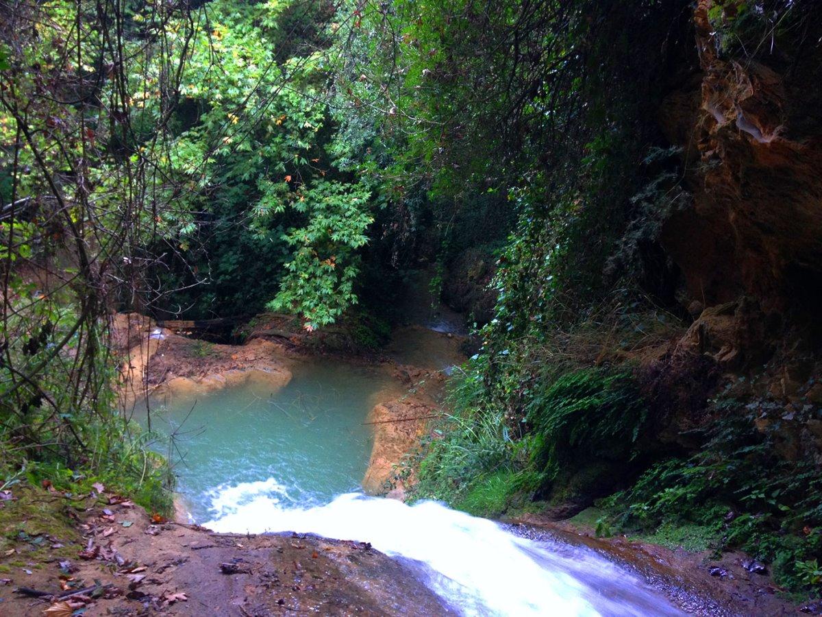 Στενωσιά Μεσσηνία χωριό με όμορφους καταρράκτες μέσα στην πυκνή βλάστηση