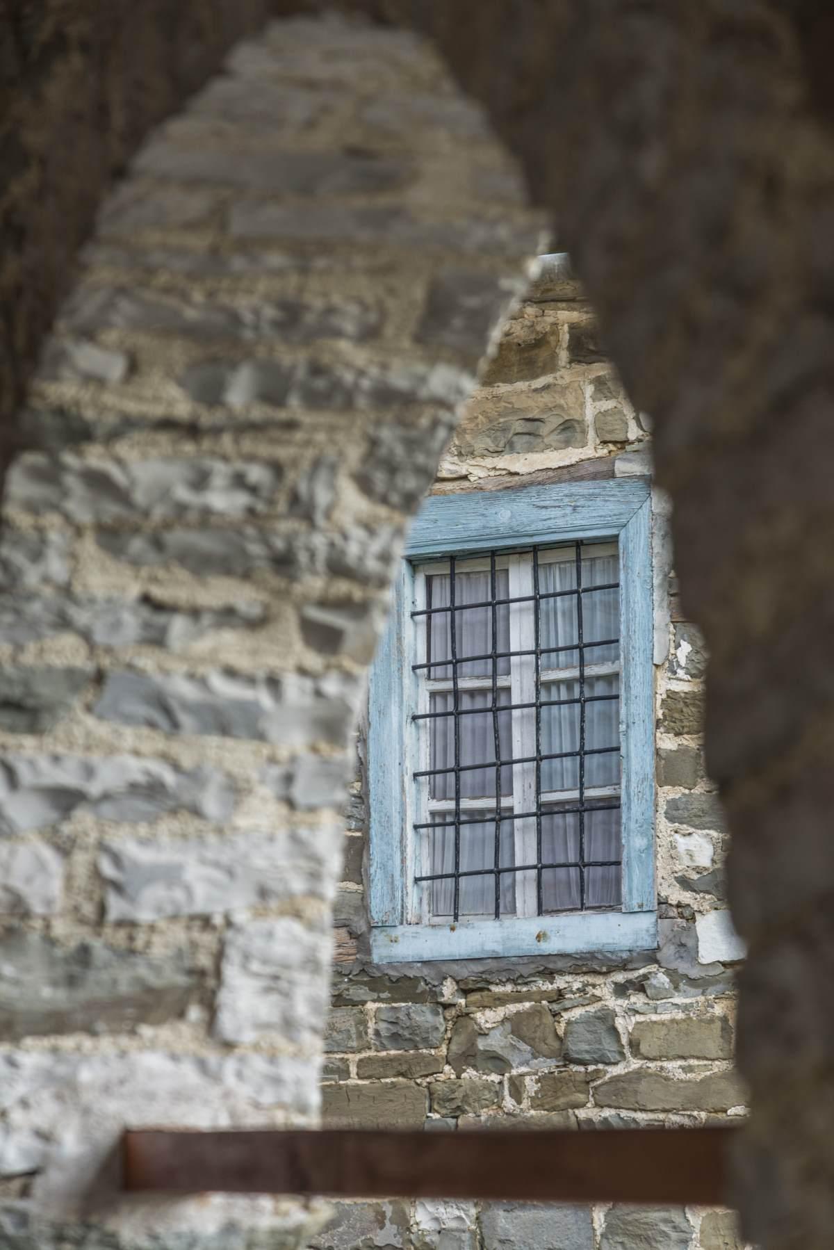 Παραθυρο σε πέτρινο κτήριο, Τσεπέλοβο