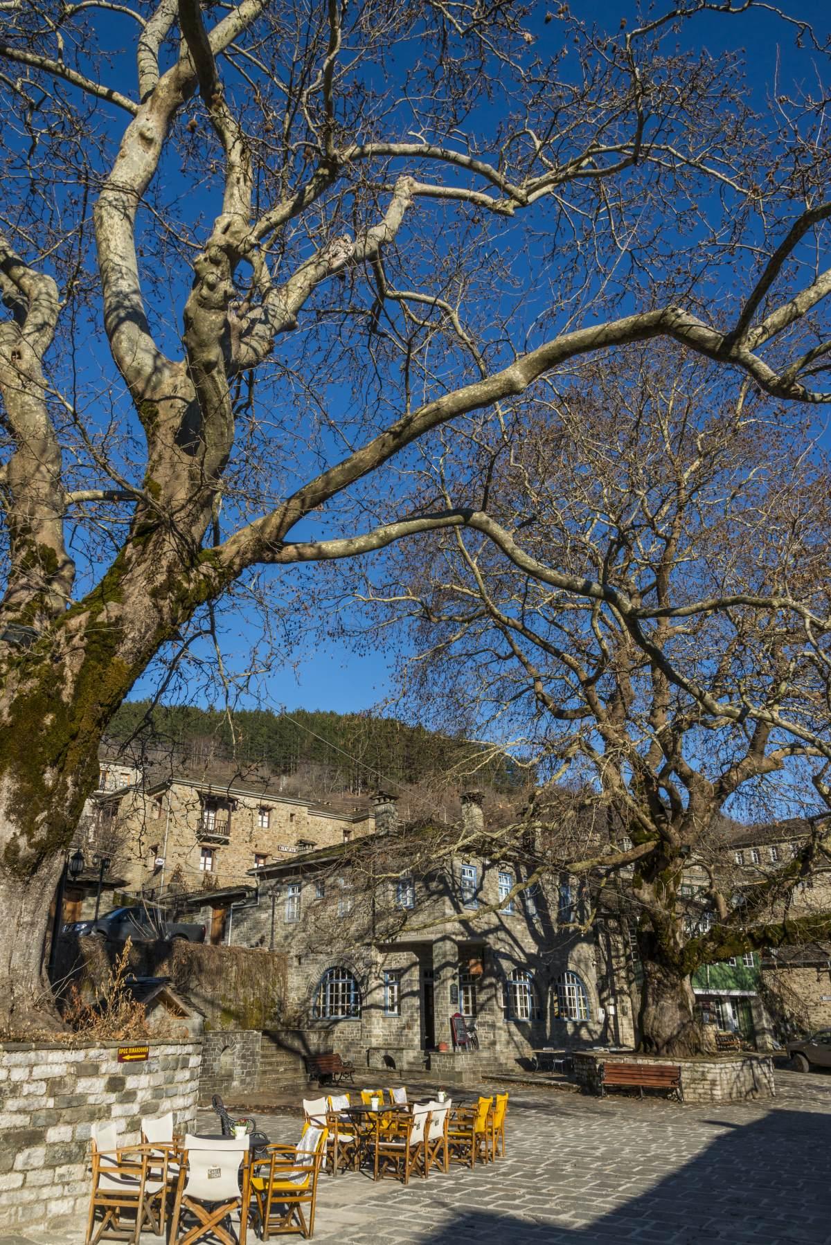 Τσεπέλοβο, στην πλατεία του χωριού