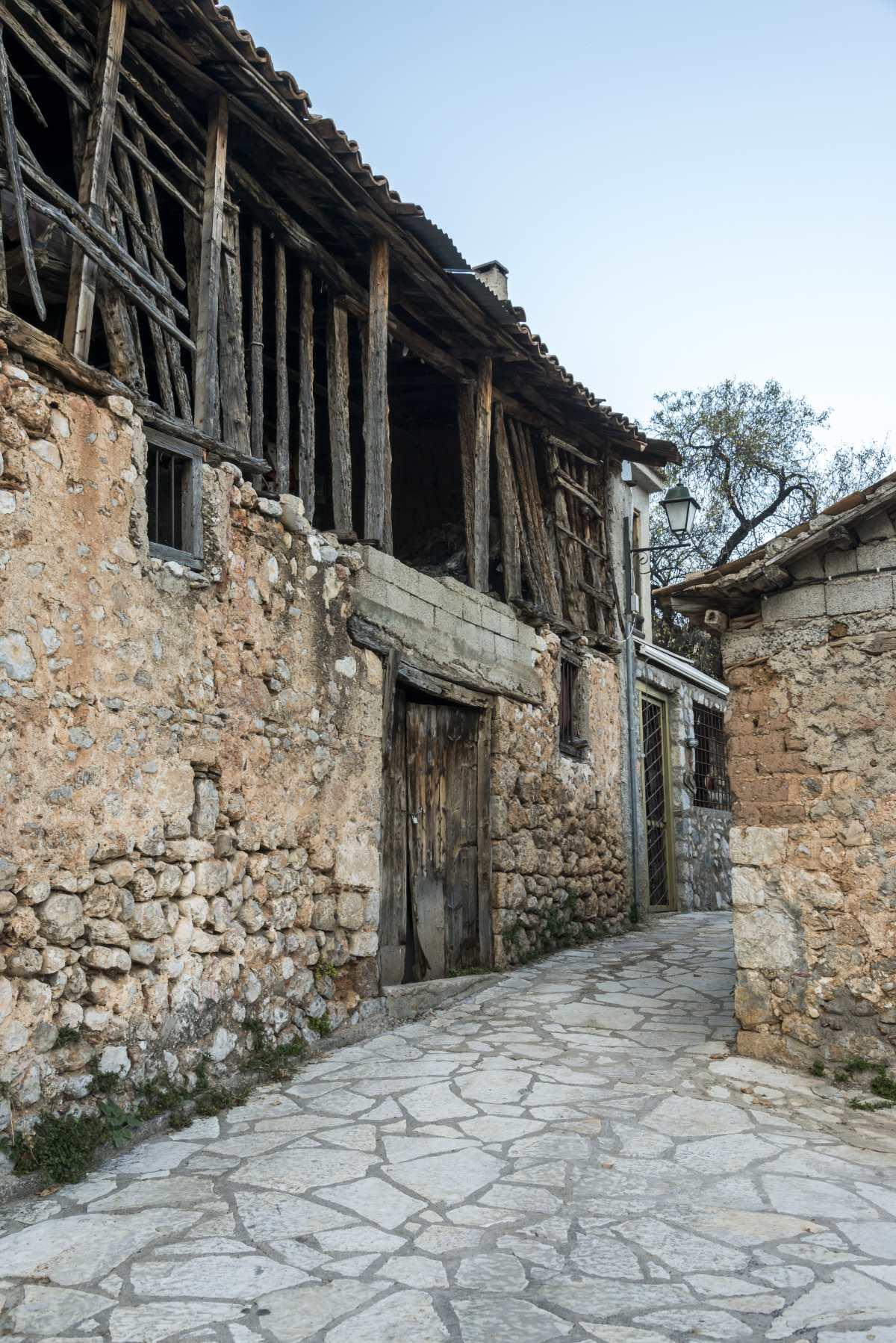 Χάρμαινα, Άμφισσα, παλιά πέτρινα κτήρια