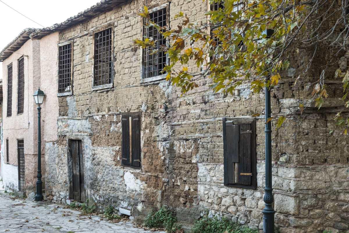 Χάρμαινα, Άμφισσα, πέτρινο κτήριο