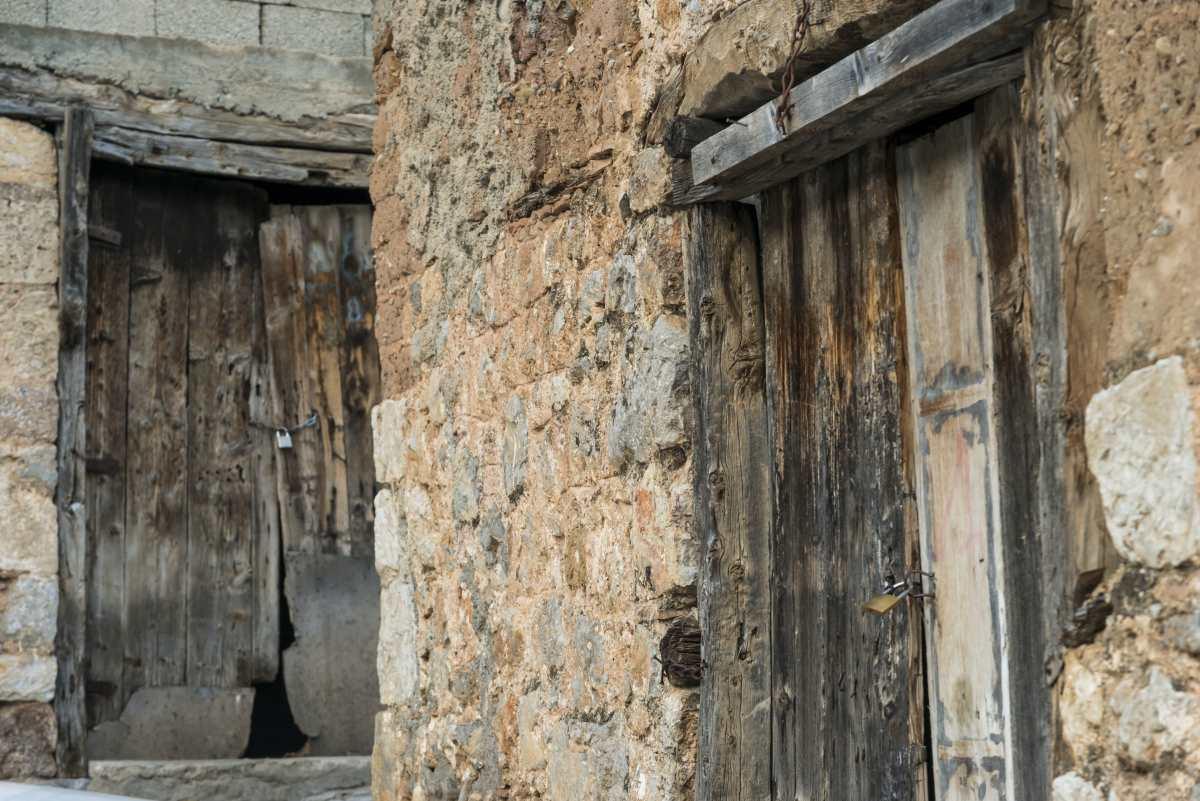 Χάρμαινα, Άμφισσα, παλιές ξύλινες πόρτες