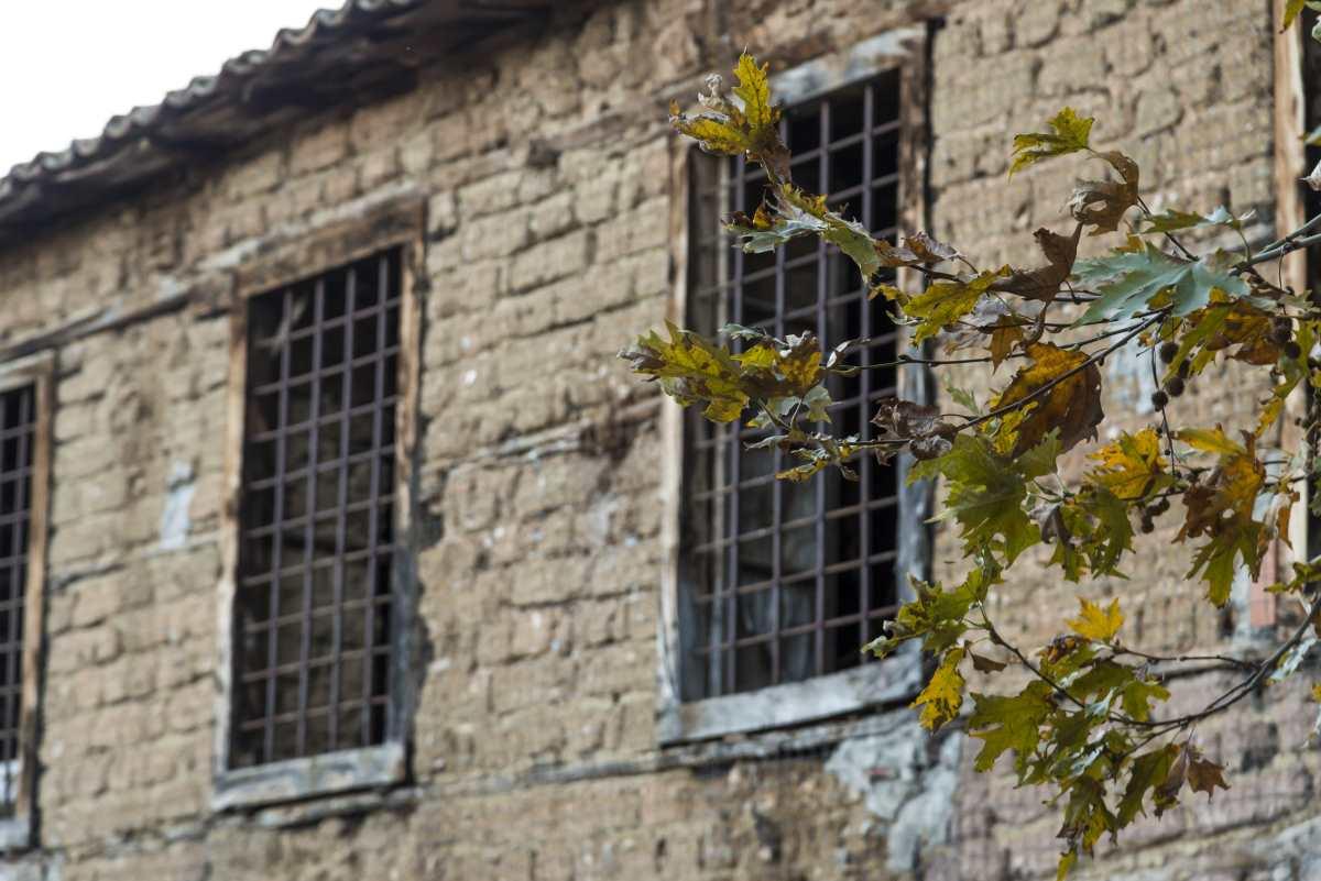 Χάρμαινα, Άμφισσα, παλιό κτήρι με παράθυρα