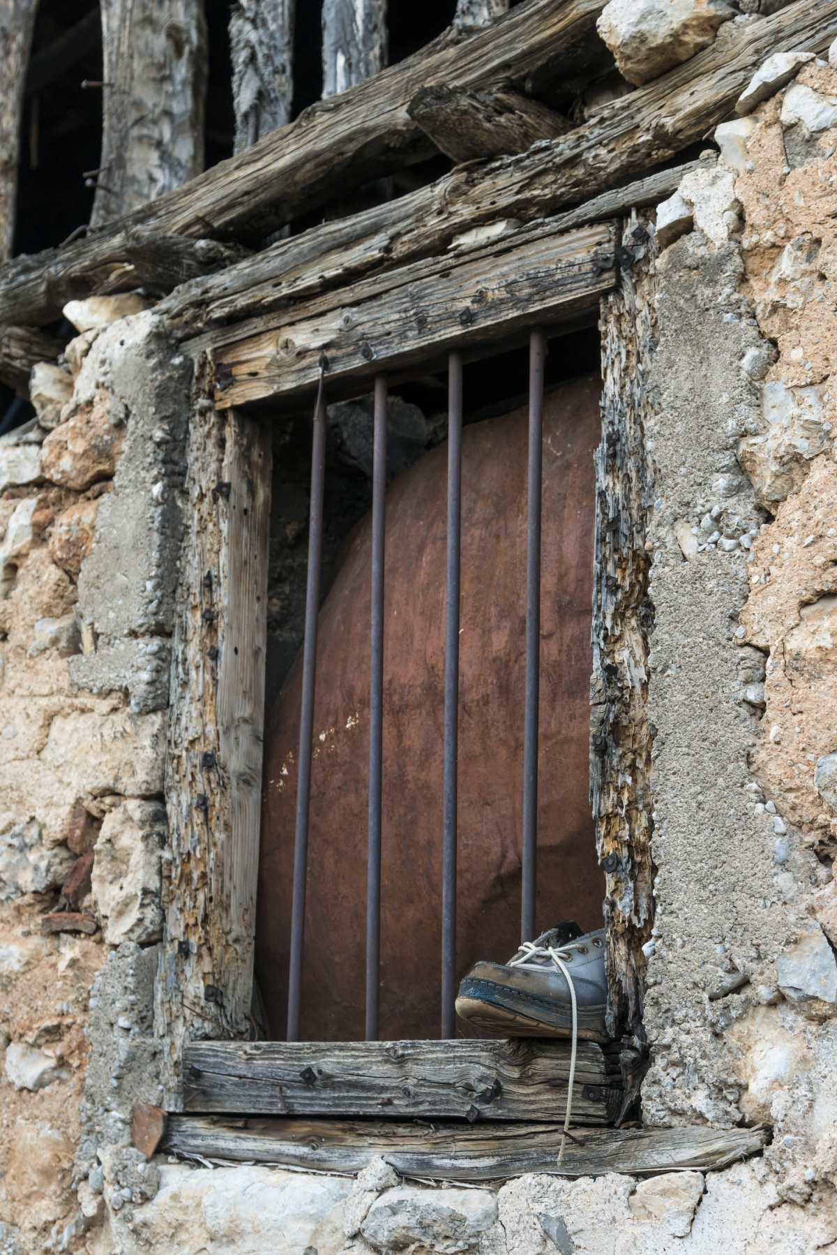 Χάρμαινα, Άμφισσα, παραθυρο παλιό με κάγκελα