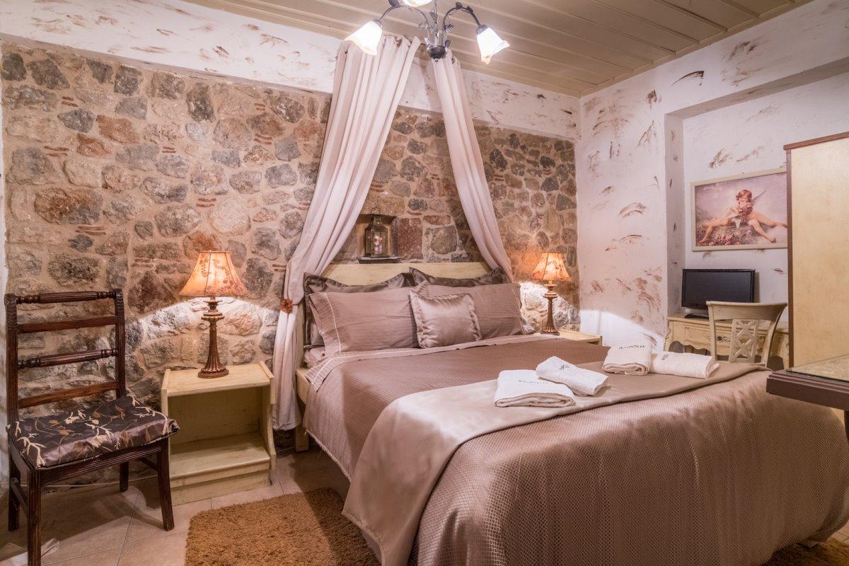 ξενώνας Άμπολη δωμάτιο με πέτρα