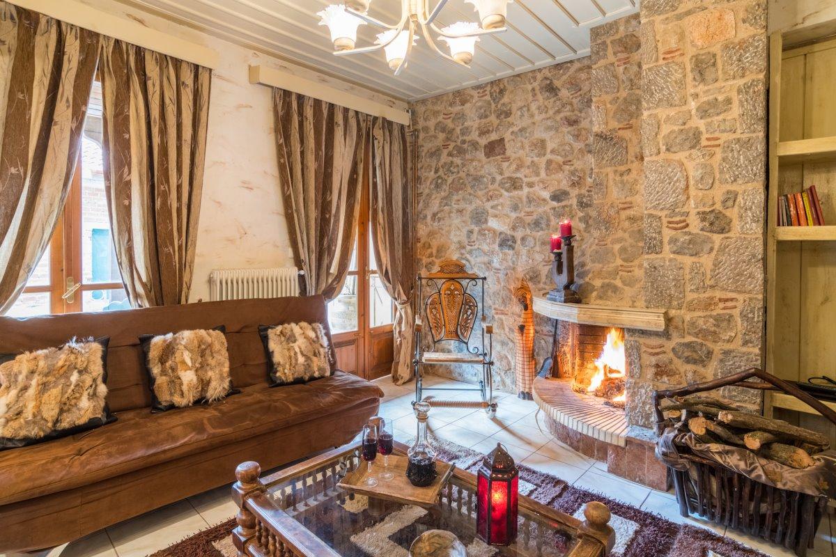 ξενώνας Άμπολη καθιστικό με τζάκι