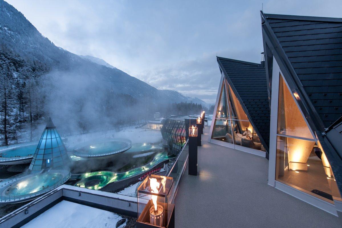 τα δωμάτια του Aqua Dome βλέπουν στην χιονισμένη πισίνα