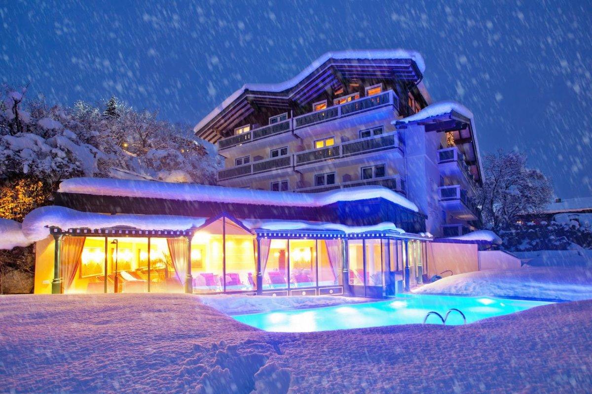 η εξωτερική πισίνα του Berner Hotel είναι καλυμμένη με χιόνι