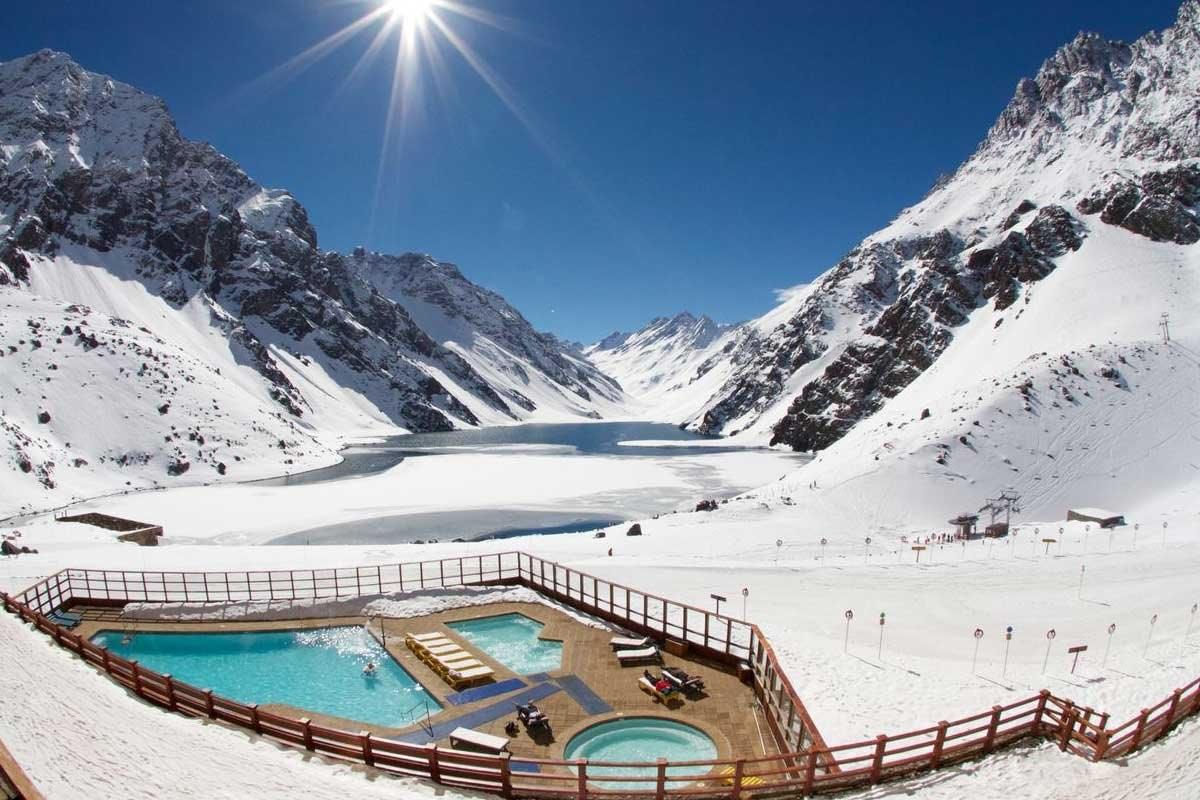 η υπέροχη πισίνα στα χιόνια του Hotel Portillo