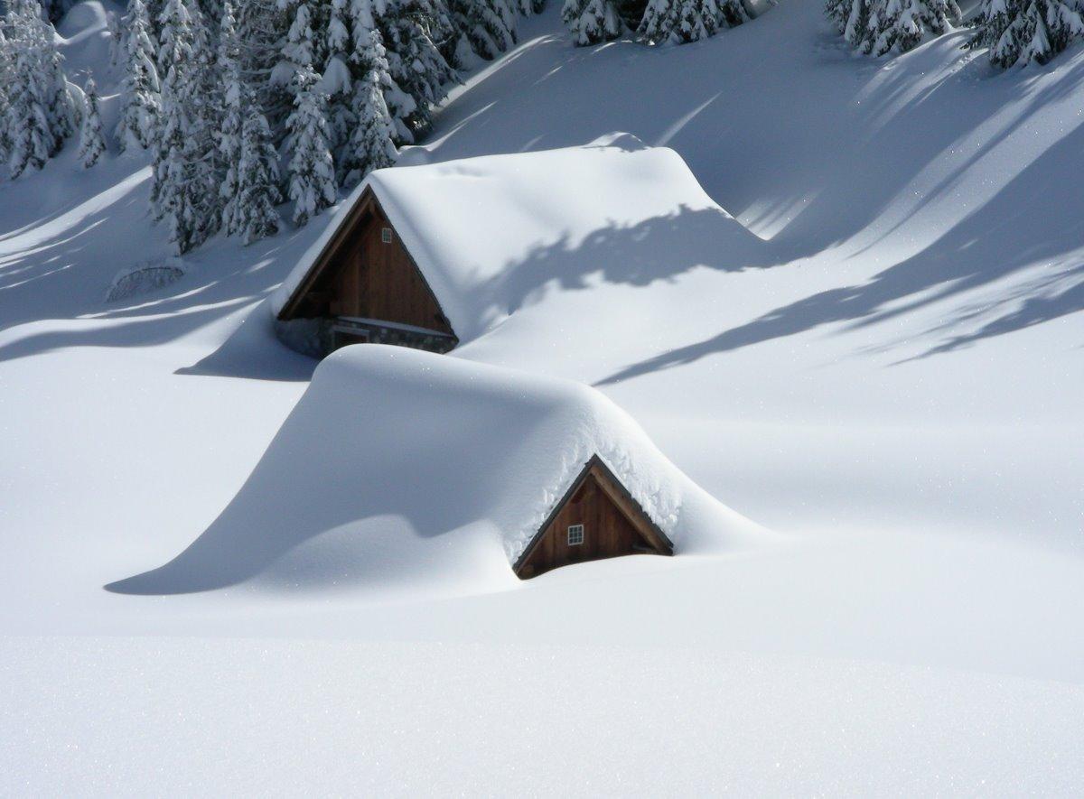 Σπίτια καλυμμένα με χιόνι στο Valdez στην Αλάσκα
