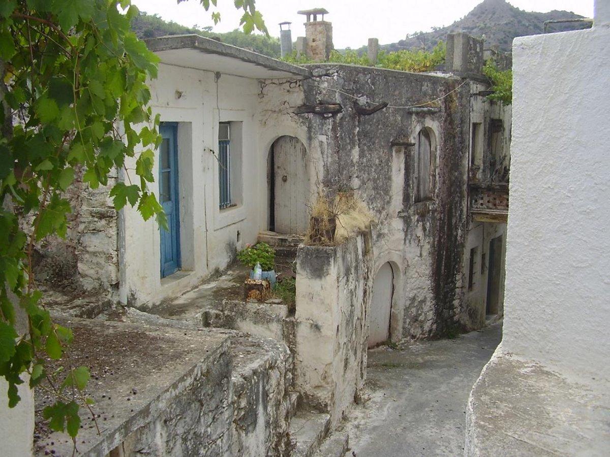 Χωριό φάντασμα στην κρήτη το καλάμι με έρημα σπίτια