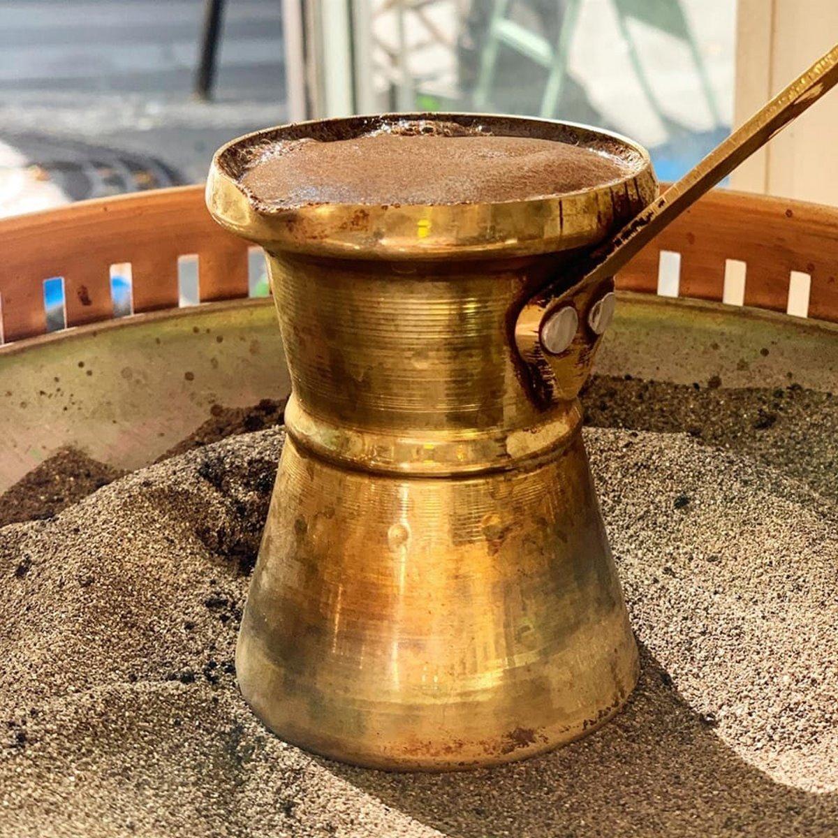Yorgaki καφέ στο παρίσι παραδοσιακός ελληνικός καφές στη χόβολη