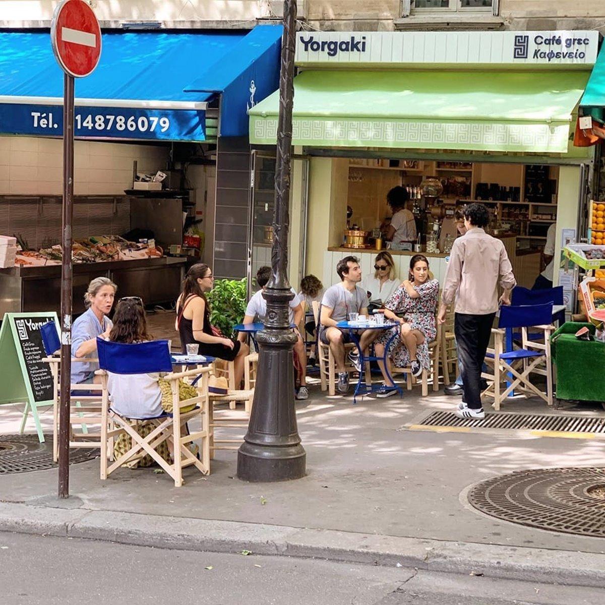 Yorgaki καφέ στο παρίσι παραδοσιακός καφές πελάτες σε τραπεζάκια