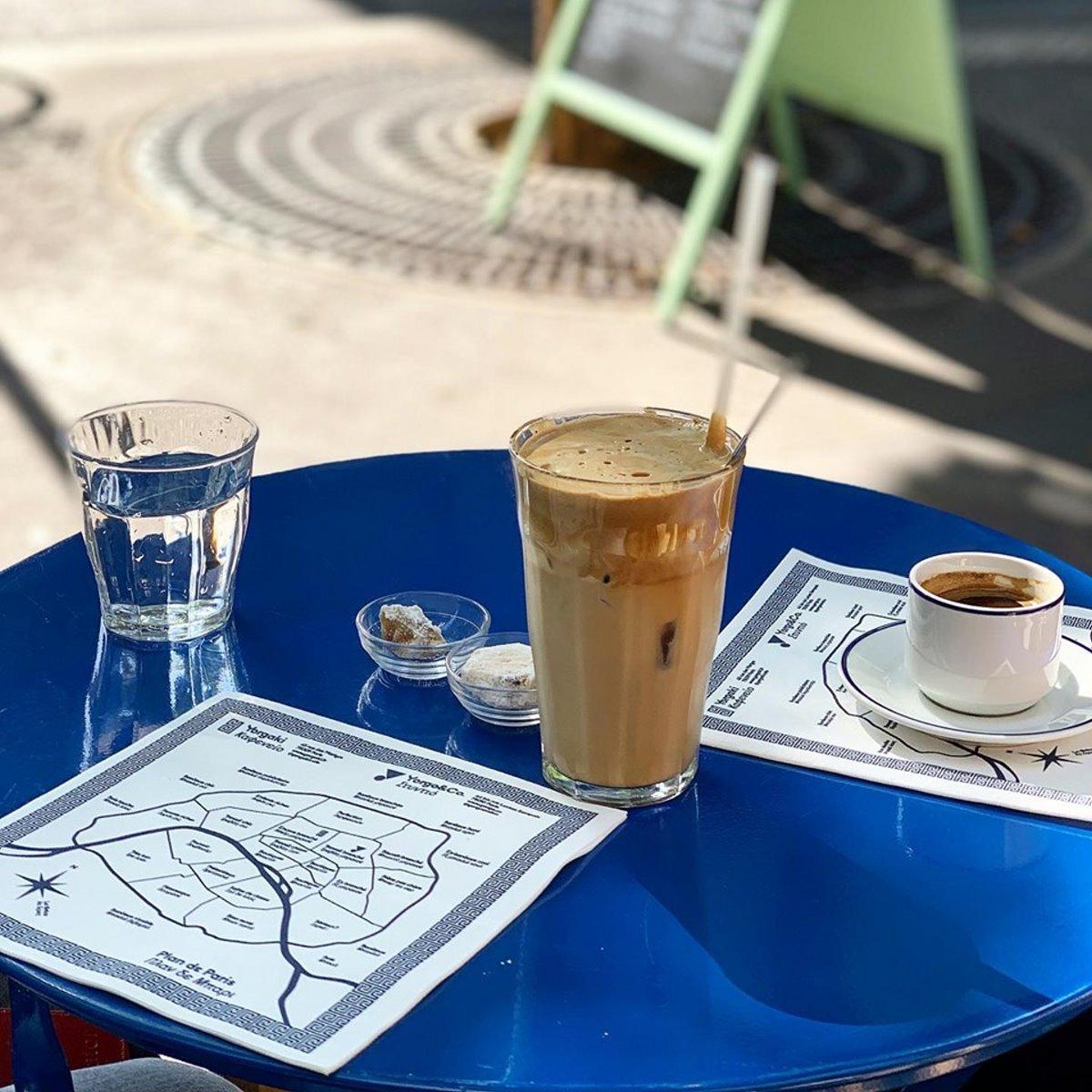 Yorgaki καφέ στο παρίσι παραδοσιακός καφές  τραπεζάκι με καφέ ελληνικό και κουλουράκι