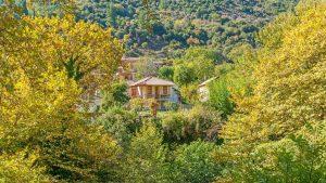 Ζαχλωρού Καλαβρύτων: Βρήκαμε έναν ονειρικό ξενώνα με πέτρινες μεζονέτες μέσα σε ένα ειδυλλιακό τοπίο!