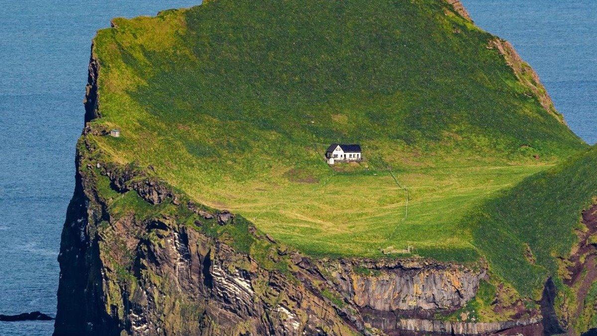 Ellieaey νησί Ισλανδία λευκό σπίτι μέσα στο πράσινο