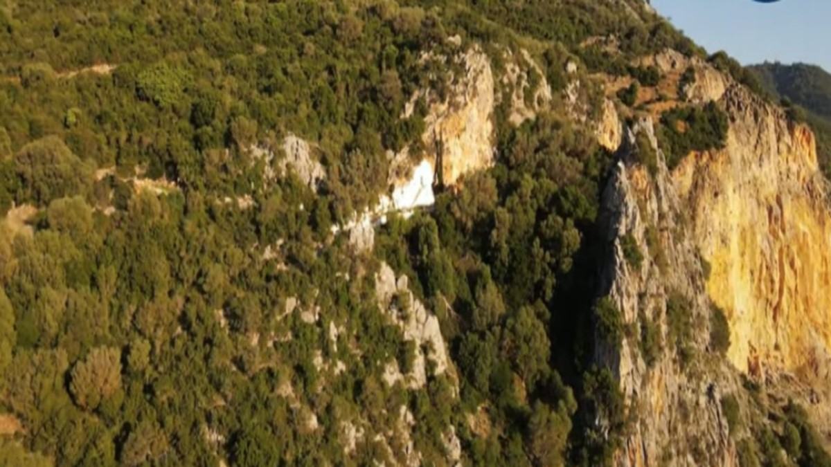 άγιος νικόλαος ξωκλήσι Βόνιτσα μέσα στα βράχια