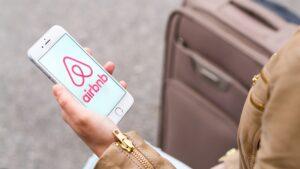 Airbnb: Η πολιτική ακύρωσης για τις κρατήσεις Χριστουγέννων. Ποιες περιπτώσεις καλύπτονται και ποιες όχι