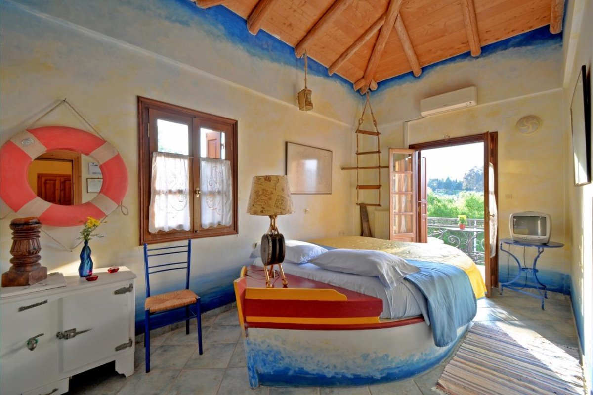 Archontiko Art Hotel Γαλαξίδι δωμάτιο με βάρκα