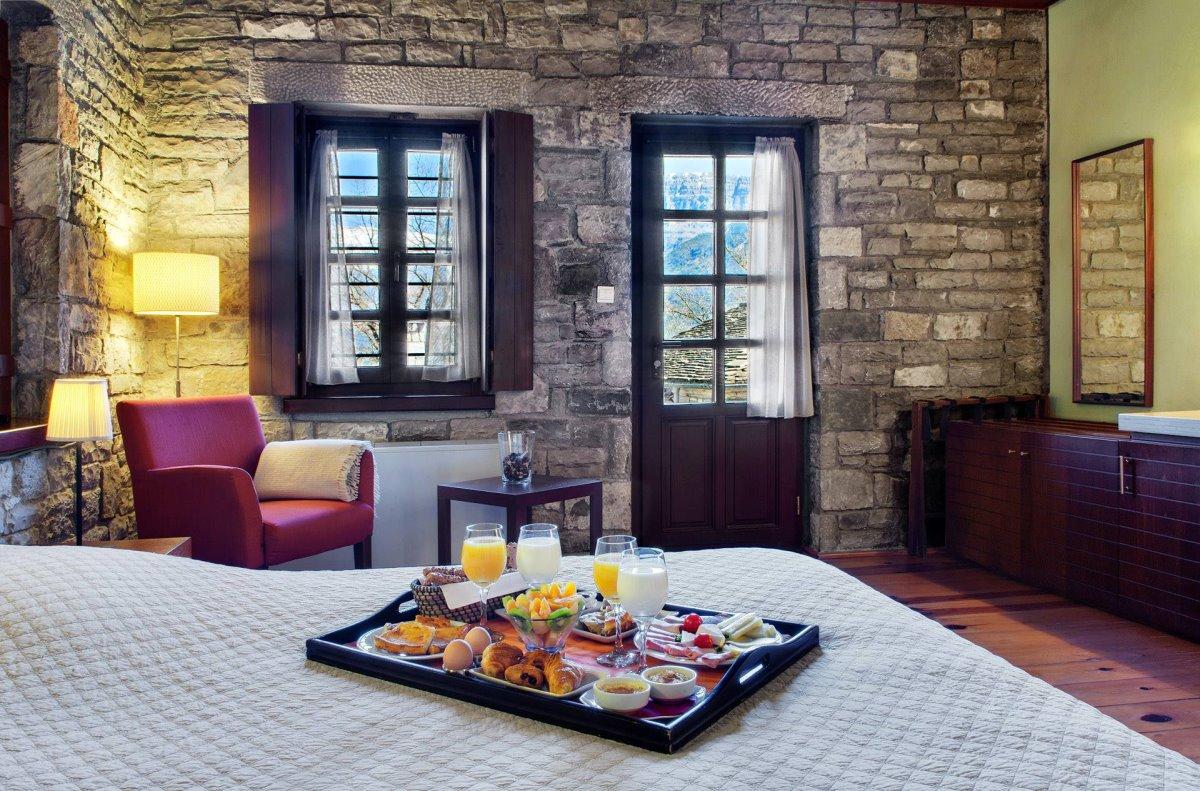 Aristi Mountain Resort χειροποίητο πρωινό στο κρεβάτι