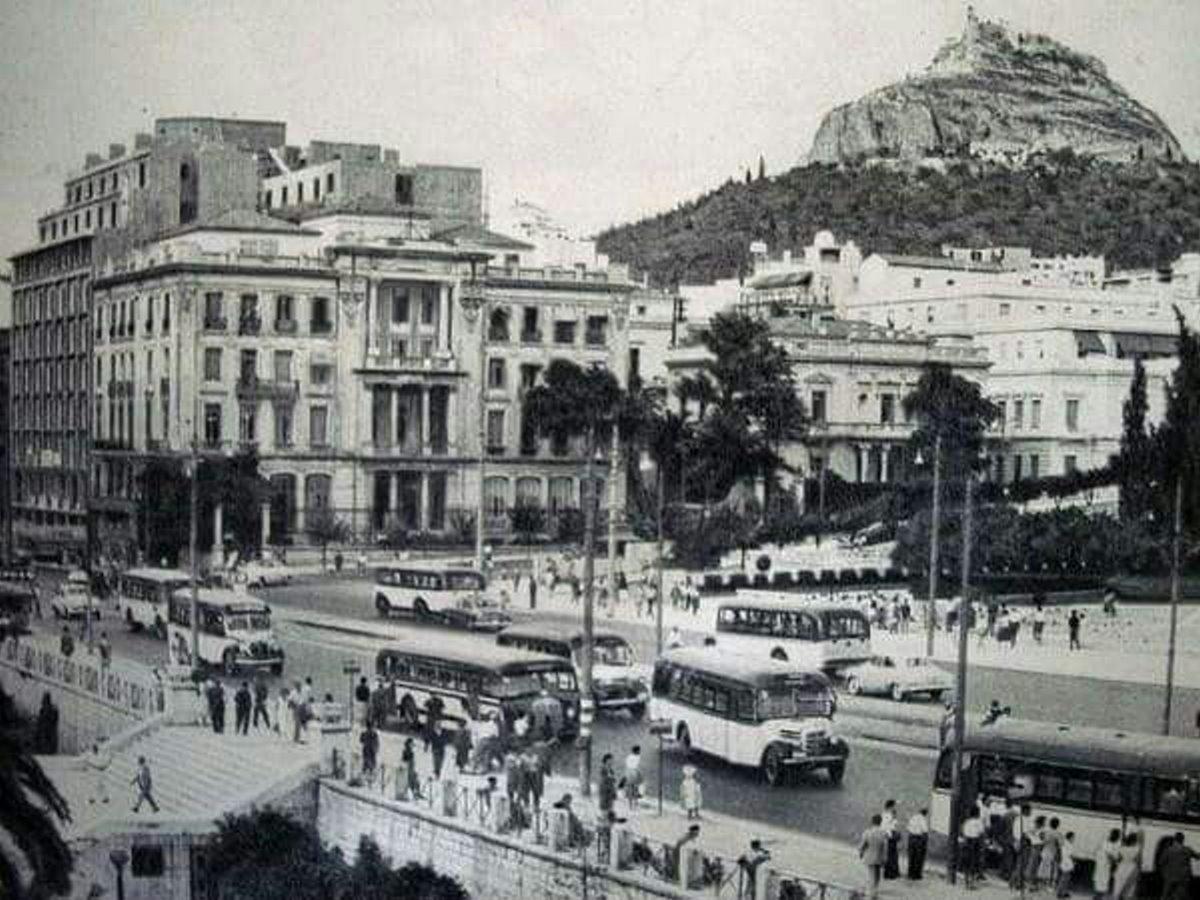 πλατεία συντάγματος με τον Λυκαβηττό στο βάθος