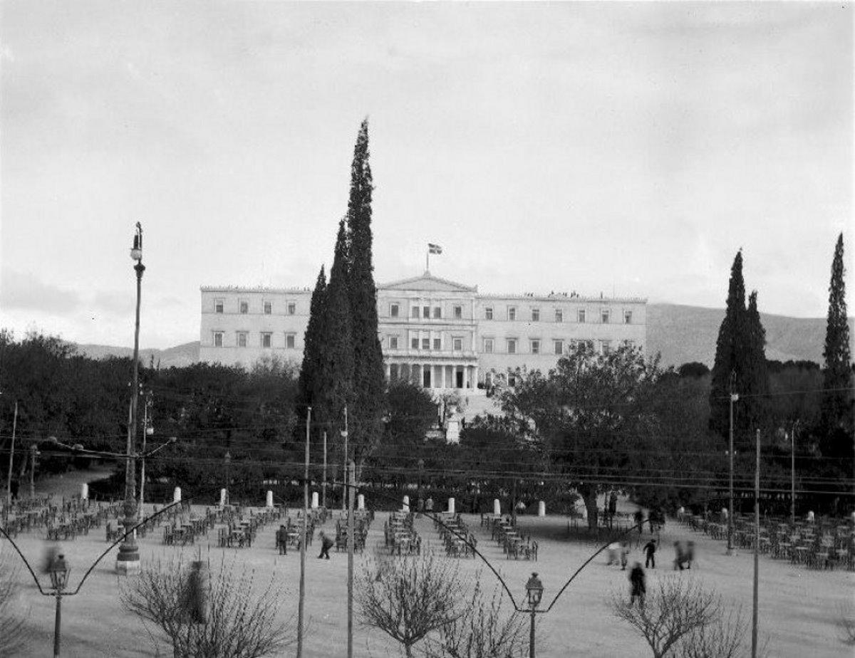 πλατεία συντάγματος με βουλή στο βάθος