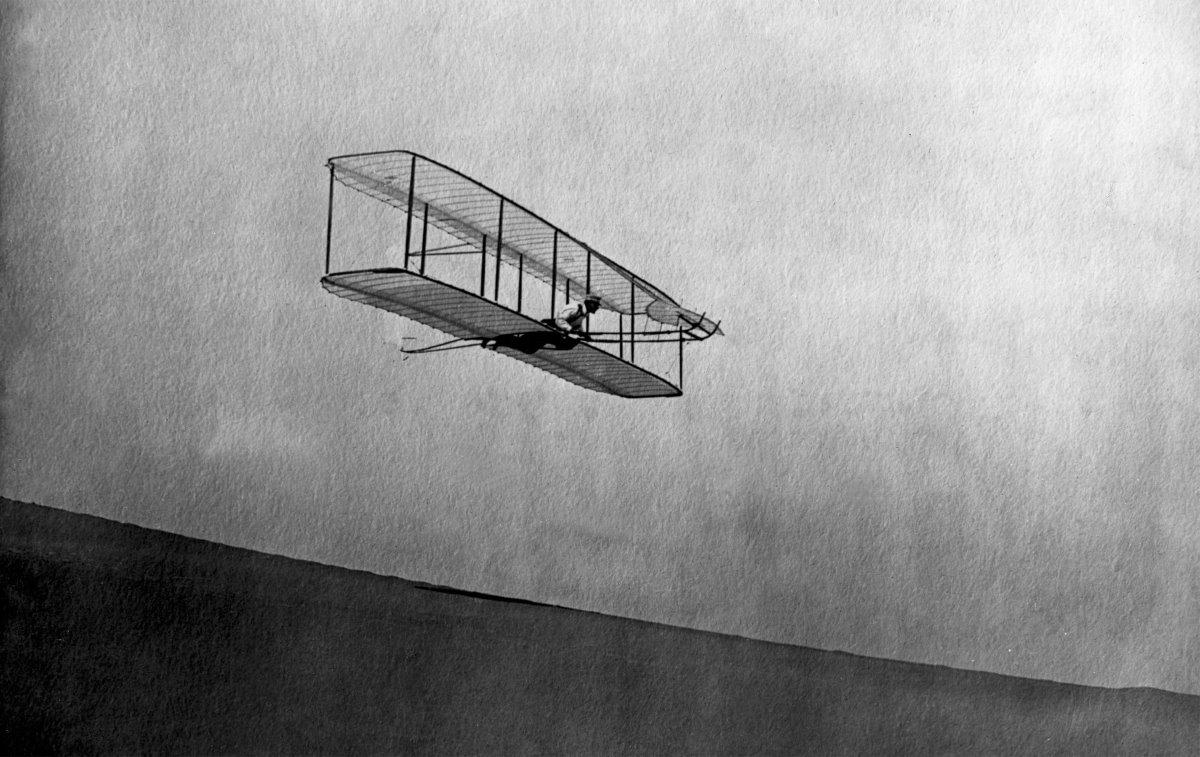 ιστορική πρώτη πτήση με αεροπλάνο