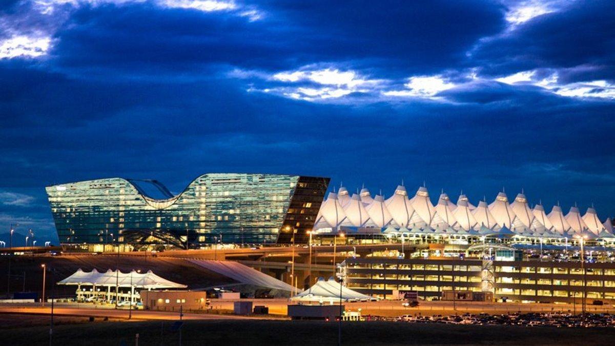 Αεροδρόμιο Ντένβερ εξωτερικά τη νύχτα