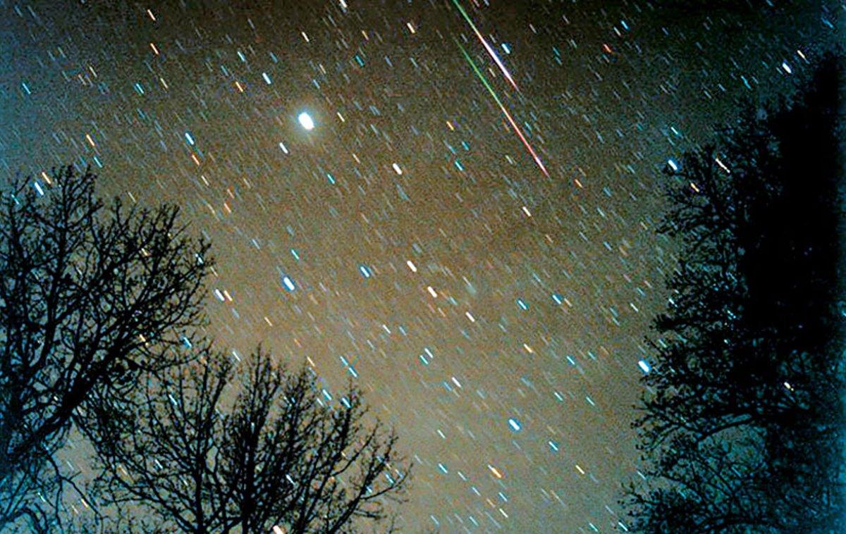 εντυπωσιακό θέαμα με βροχή αστεριών στον ουρανό