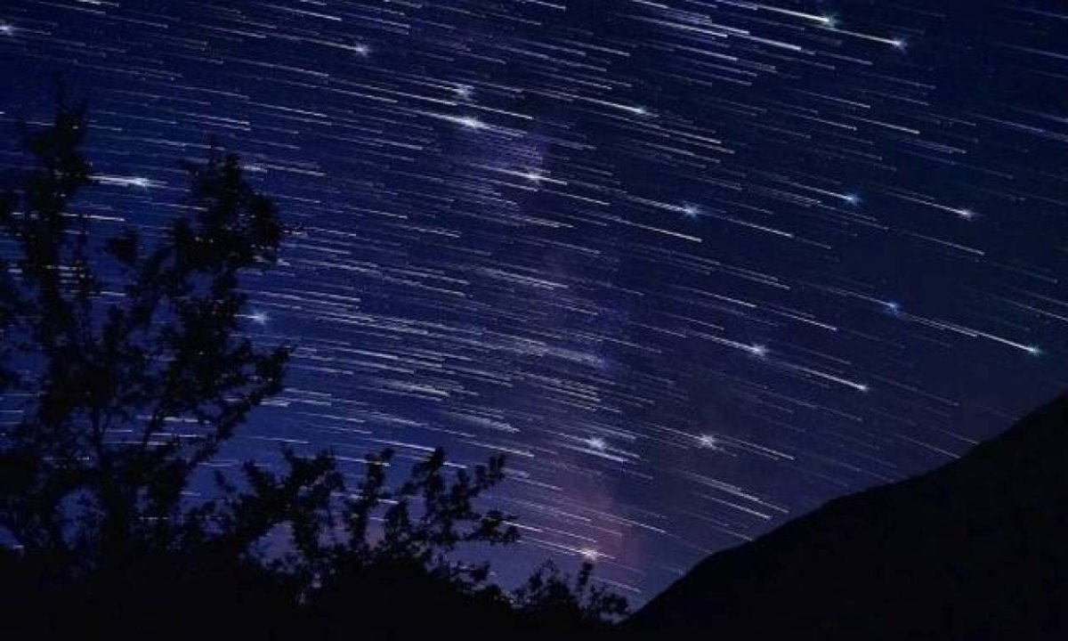 βροχή αστεριών στον νυχτερινό ουρανό