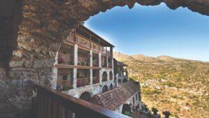 «Το χωριό των δύο λόφων» που μεταφέρει ζωντανούς στο σήμερα τους θρύλους και την ιστορία του τόπου